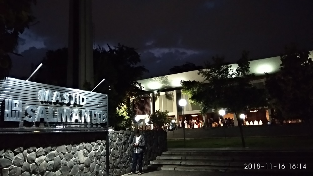 Pelataran Masjid Salman ITB